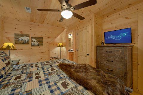 Spacious King Bedroom with Flatscreen TV - 3 Little Bears