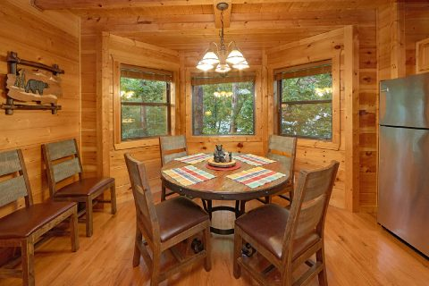 3 Bedroom Cabin Sleeps 6 with Dining Room - 4 Paws