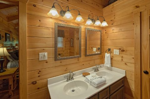 Premium 2 bedroom cabin with private master bath - A Bear Affair
