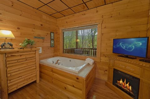 Master Bedroom with Jacuzzi in 2 bedroom cabin - A Bear Affair