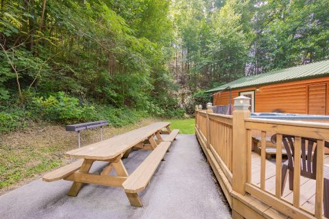 5 Bedroom Cabin with Picnic Table - A Bear Creek