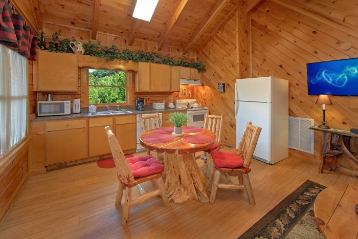 2 Bedroom Cabin with Dining Room and Kitchen - A Beary Happy Place