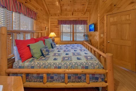 Cabin with King Bed, Jacuzzi and Fireplace - A Beary Happy Place