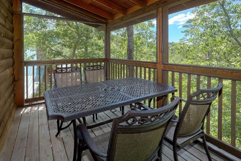 2 Bedroom Cabin with a Screened In Porch - A Cozy Cabin