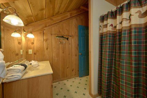 2 Bedroom 2 Bath Cabin Sleeps 8 - A Creekside Retreat