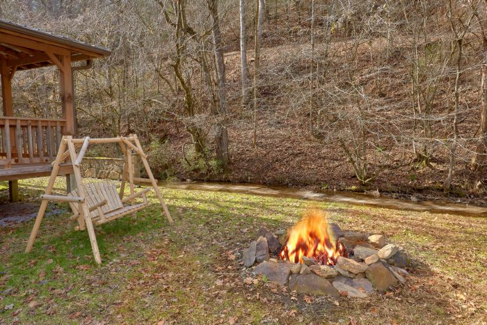 Fire Pit 2 Bedroom Cabin Sleeps 8 - A Creekside Retreat