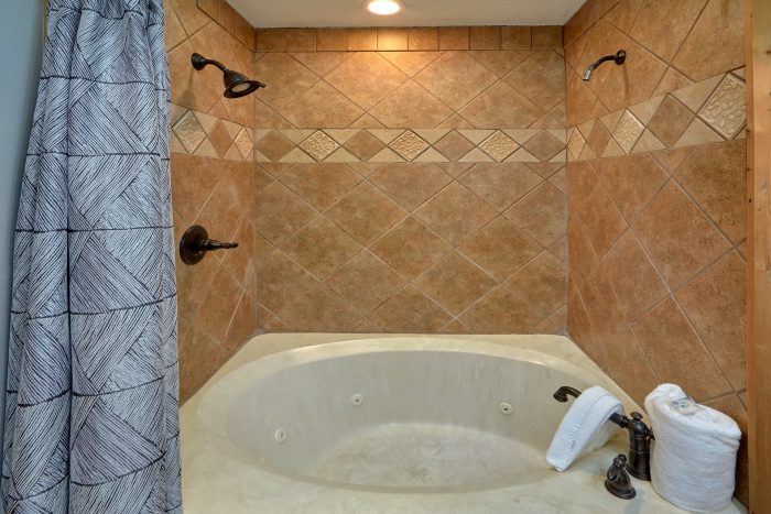 Luxurious Jacuzzi Tub in 4 bedroom cabin - A Fieldstone Lodge