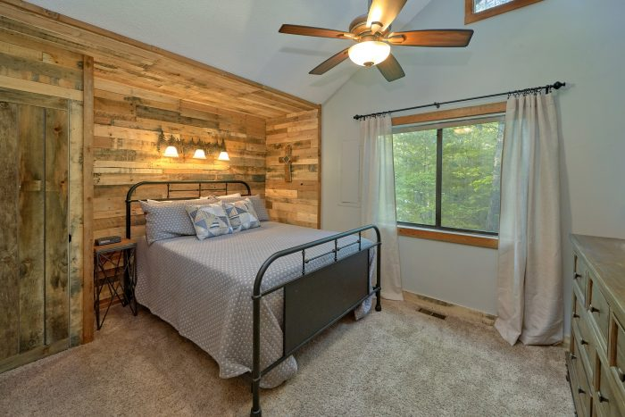 Rustic cabin with 4 bedrooms and private baths - A Fieldstone Lodge