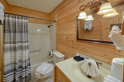 Rustic Cabin with 3 private luxurious bathrooms - A Fieldstone Lodge