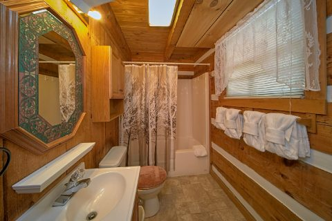 2 Bedroom Cabin with 2 Full Baths - A Hummingbird Hideaway