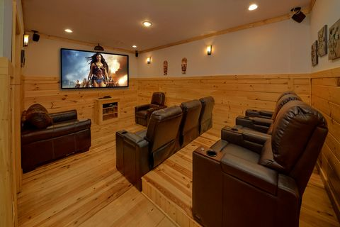 3 bedroom Luxury Cabin with Theater Room - A Lazy Bear's Hideaway