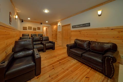 Luxurious Theater Room in 3 bedroom cabin - A Lazy Bear's Hideaway