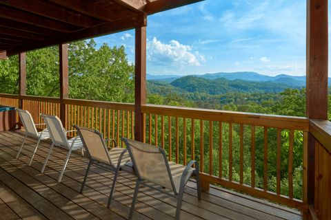 Premium view from Luxurious 3 bedroom cabin - A Lazy Bear's Hideaway