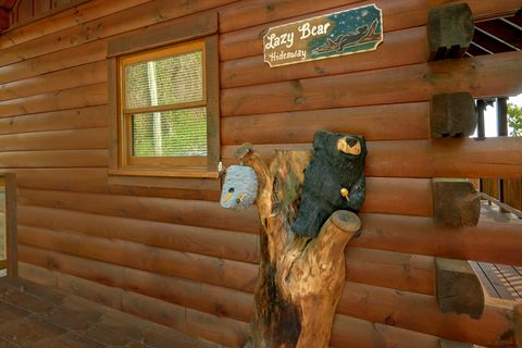 Luxury cabin with gas grill, hot tub and Views - A Lazy Bear's Hideaway