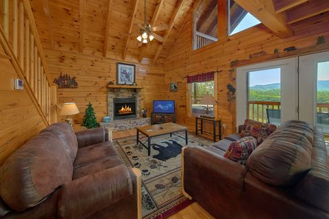 3 Bedroom cabin with Fireplace and Mountain View - A Lazy Bear's Hideaway