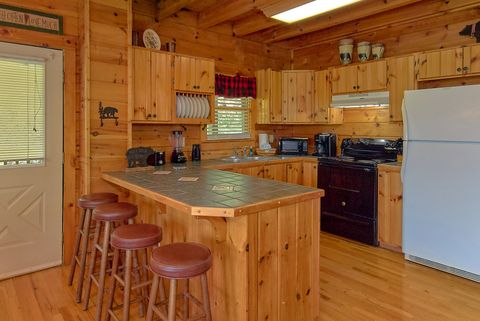 Premium 3 bedroom cabin with full kitchen - A Lazy Bear's Hideaway