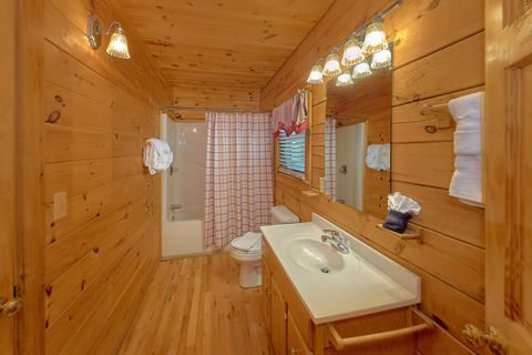 3 Bedroom cabin with queen bed and Private Bath - A Lazy Bear's Hideaway