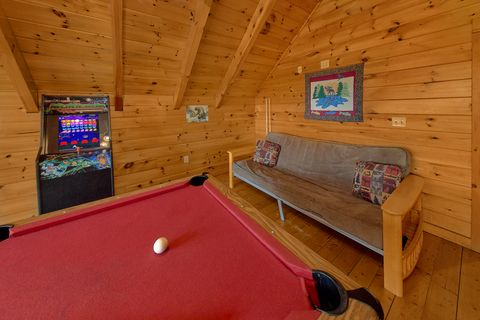 3 bedroom cabin with game room and pool table - A Lazy Bear's Hideaway