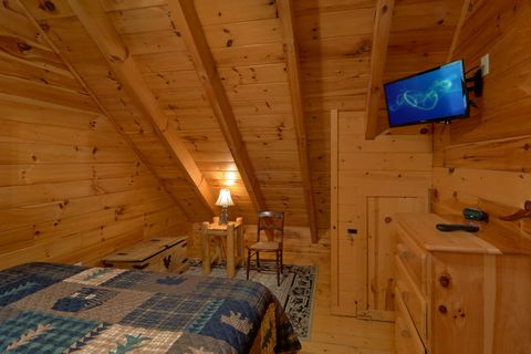 Master bedroom with King bed in 3 bedroom cabin - A Lazy Bear's Hideaway