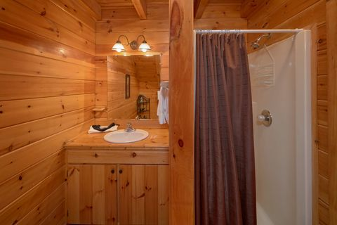 Premium cabin with 3 private bathrooms - A Lazy Bear's Hideaway