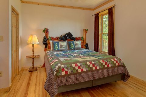 Luxurious cabin with King Bedroom and Hot Tub - A Lazy Bear's Hideaway