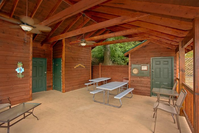 1 Bedroom Cabin with Resort Picnic Area - A Lovers Retreat