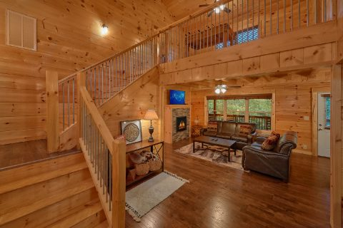Luxury 5 bedroom cabin with spacious living room - A Mountain Palace