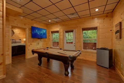 Game room with Pool Table in 5 bedroom cabin - A Mountain Palace