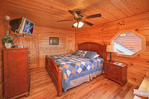 Cabin with Master King Suite - A Peaceful Easy Feeling