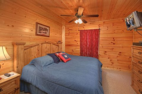 King Sized Bed in Cabin in the Smokies - A Peaceful Easy Feeling