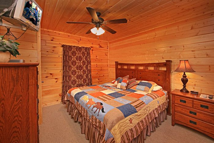 Cabin with Four King Beds - A Peaceful Easy Feeling