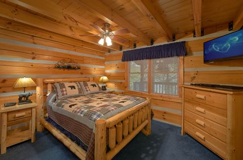 2 bedroom cabin with Queen bedroom on main level - A Peaceful Retreat