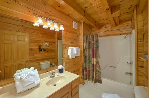 Rustic 2 bedroom cabin with 2 full baths - A Peaceful Retreat