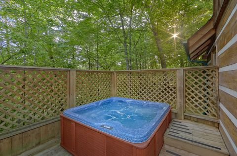 2 bedroom cabin with private hot tub on deck - A Peaceful Retreat