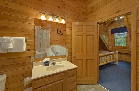 Private bathroom in King bedroom in cabin rental - A Peaceful Retreat