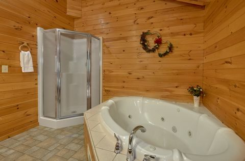 2 bedroom cabin with Jacuzzi Tub in Master Bath - A Peaceful Retreat