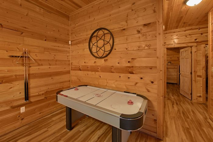 5 Bedroom cabin with air hockey game and arcade - A Perfect Stay