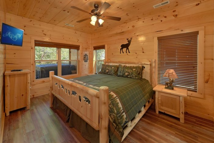 Private King bedroom with Jacuzzi and bathroom - A River Retreat