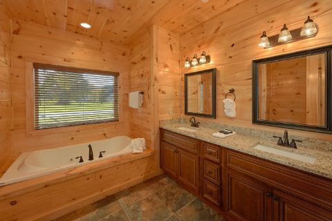 Luxurious 3 bedroom cabin with 3 Jacuzzi Tubs - A River Retreat