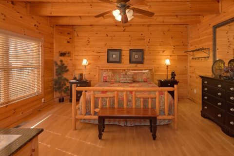 Luxurious Main Floor Bedroom 4 Bedroom Cabin - A Rocky Top Ridge
