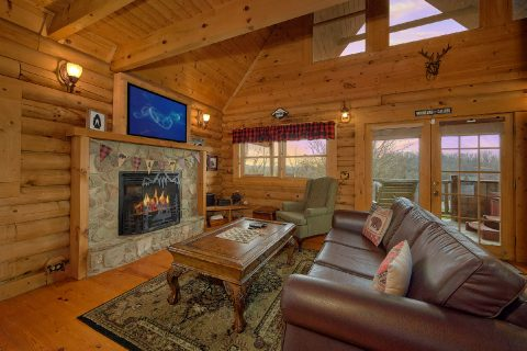 Spacious 1 Bedroom Cabin with Gas Fireplace - A Romantic Hilltop