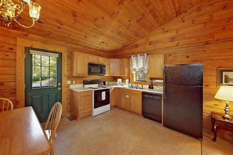 One Bedroom Cabin with 1 Level Open Floor Plan - A Smoky Hideaway