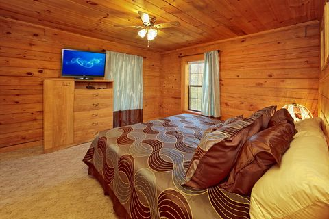 Rustic 1 Bedroom Cabin wit King Bed - A Smoky Hideaway