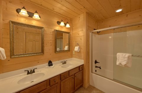 Premium Rental Cabin with 5 private bathrooms - A Spectacular View to Remember