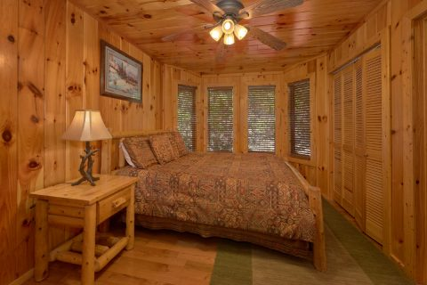 Private queen bedroom in 3 bedroom cabin - A Tennessee Delight