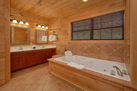 5 bedroom cabin with Private Jacuzzi Tub - A View From Above