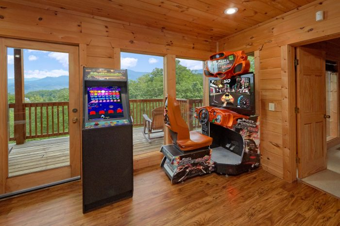 5 bedroom cabin with Race Car Driving Arcade - A View From Above