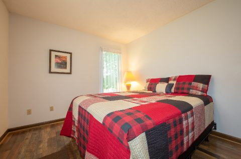 Private queen bedroom in 3 bedroom cabin - A View of Paradise