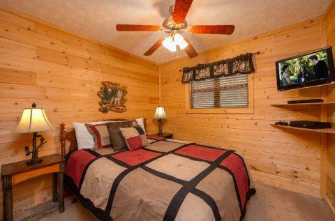 Queen Bedroom with Flatscreen TV - A Wolf's Den