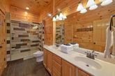 Cabin with 4 bedrooms and luxurious Bathrooms